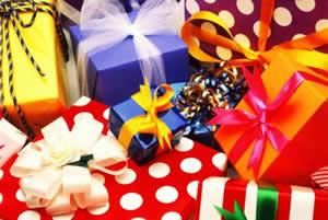 Гора упакованных подарков