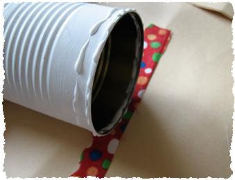 Наклейте лоскут ткани на жестяную банку