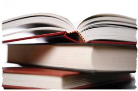 Раскрытая книга на стопке закрытых книг
