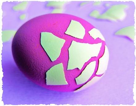 Оклейка крашенных яиц кусочками скорлупы