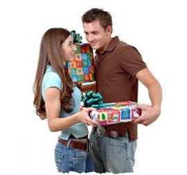 Девушка и парень обмениваются подарками