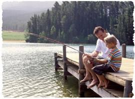 Папа с сыном празднуют день Отца совместной рыбалкой