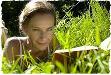 Расслабление на природе, в тени зеленой травы