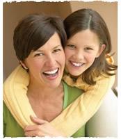 Радостная дочь обняла маму сзади за шею
