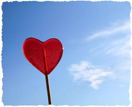 Красный леденец на палочке ввиде сердечка