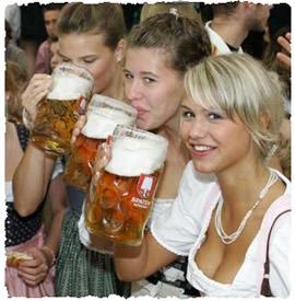 Девушки на праздновании праздника пива – Октоберфест