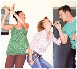 Танцующие на празднике гости