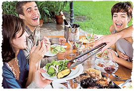 Весёлая дружеская встреча в летнему саду за столиком