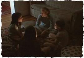 Друзья рассказывают друг другу страшные истории в полутемной комнате