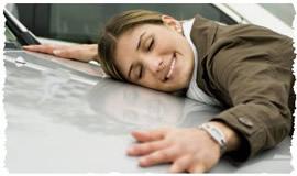 Влюбленная в автомобиль девушка распласталась на капоте