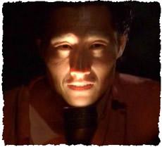 Страшное лицо, подсвеченное фонариком в темноте