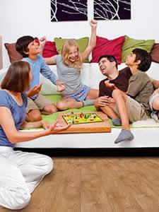 Весёлый семейный праздник на диване