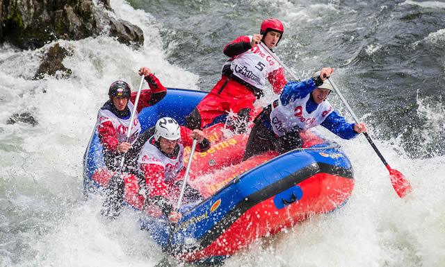 Спуск на надувной лодке по буйной реке на спортивном фестивале Ekstremsportveko