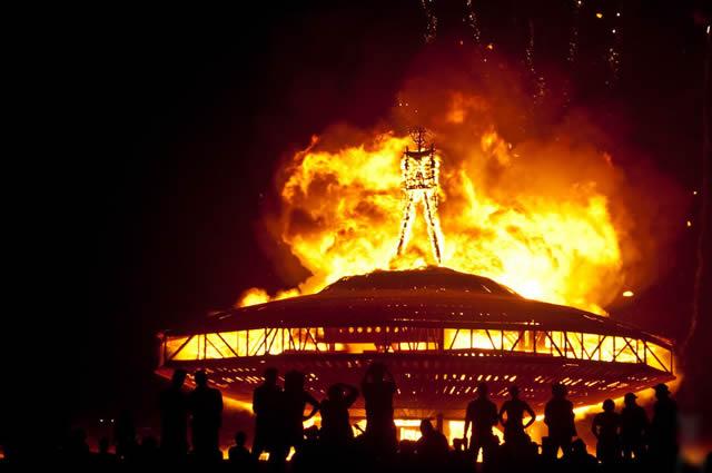 Сжигание макета инопланетного корабля