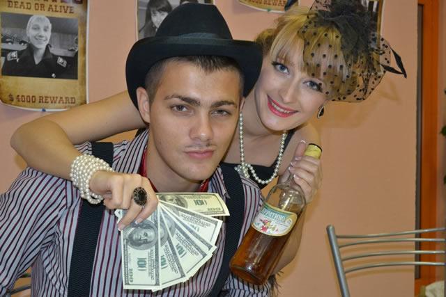 Чикагская девушка, обнимающая парня, с деньгами и напитком в руках