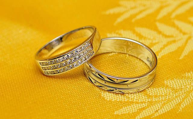 Обручальные кольца на желтом фоне