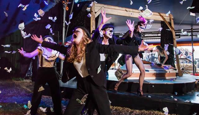 Выступление клоунов на фестивале Oerol