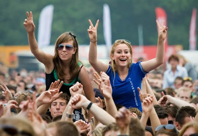 Две девушки поднятые над ликующей толпой