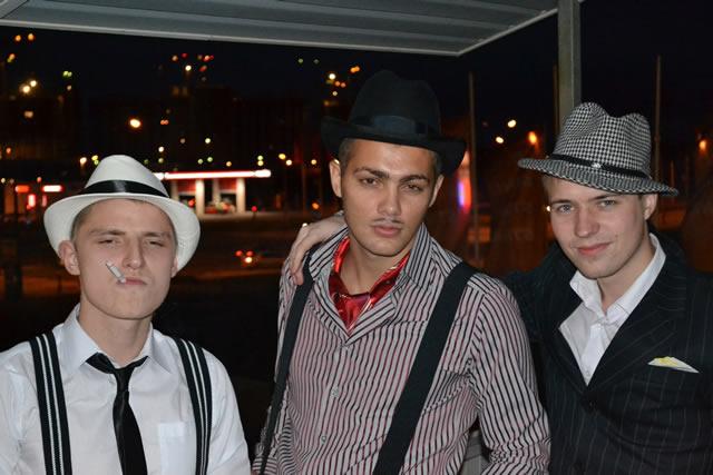 Трое молодых людей одетых в стиле чикагских гангстеров