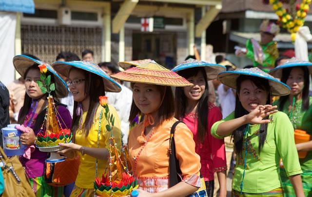 Праздничное шествие женщин в Бирме