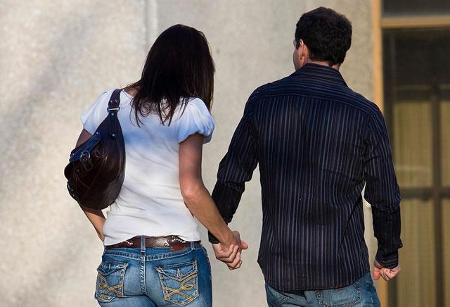 Мужчина и женщина идут рука за руку
