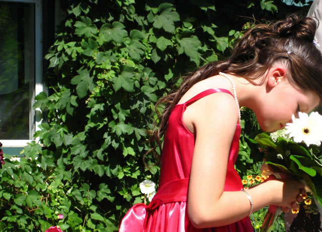 Девушка нюхает букет цветов в руках