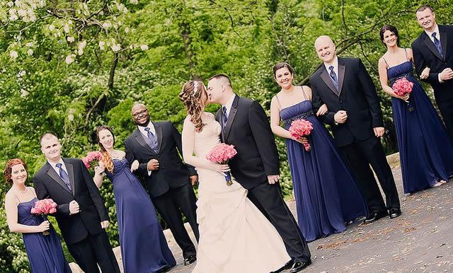 Горький поцелуй молодоженов на свадьбе
