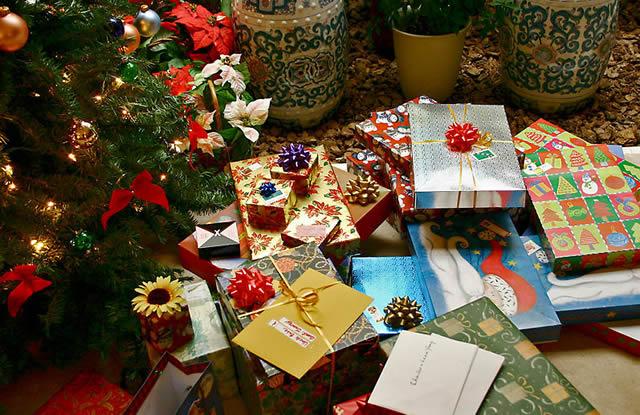 Куча ярких новогодних подарков по елкой
