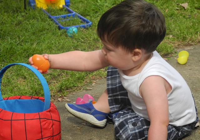 Ребенок собирает пасхальные яйца в США