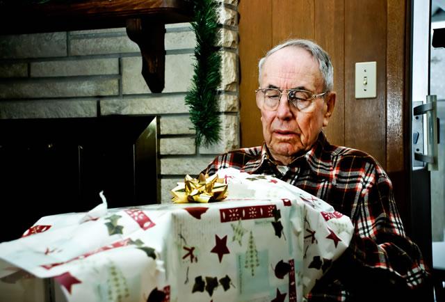 Дедушка с большим подарком в руках