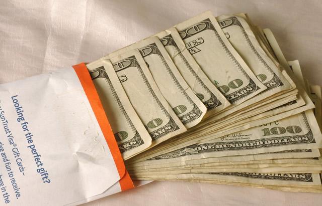 Пачка наличных денег для подарка