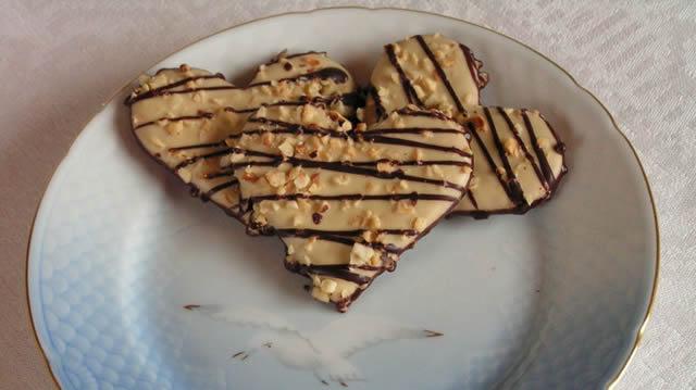 Печенье сердечки на тарелке с белой чайкой