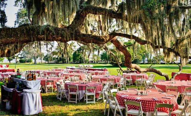 Подготовка свадебного торжества на отрытом воздухе